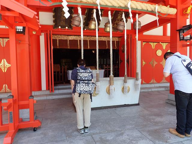 Prayer at main shrine Hanazono
