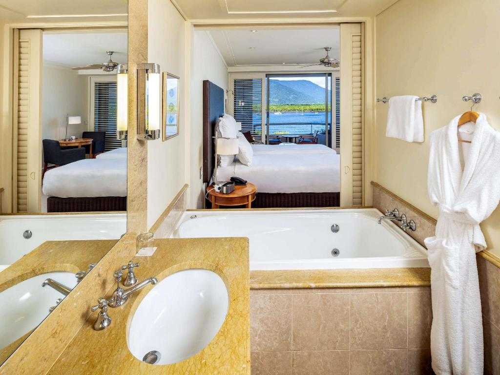 Deluxe King Room at the Pullman Reef Hotel Cairns